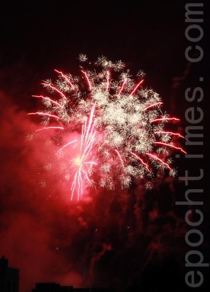 2013年12月31日晚上9点半,墨尔本首场烟花秀在板球体育场点燃。(李明洋/大纪元)
