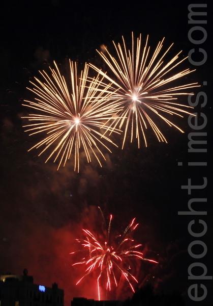 2013年12月31日墨尔本首场烟花秀。(李明洋/大纪元)