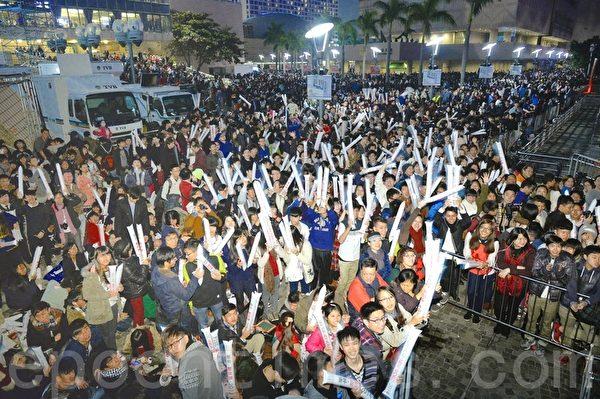2013跨年,許多中港台民眾在聚集在維多利亞港,迎接2014年,現場氣氛歡樂喜慶。(宋祥龍 /大紀元)