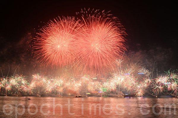 2014年的香港跨年烟火花,缤纷的色彩,让观者欢乐惊叹。(宋祥龙 /大纪元)