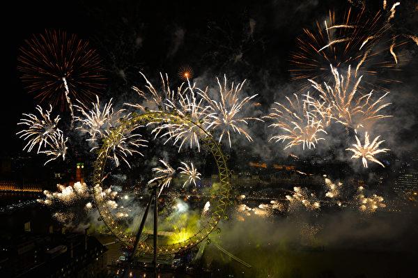 """伦敦的除夕烟火在著名的摩天轮""""伦敦眼﹙London eye﹚""""绽放。(AFP PHOTO / LEON NEAL)"""