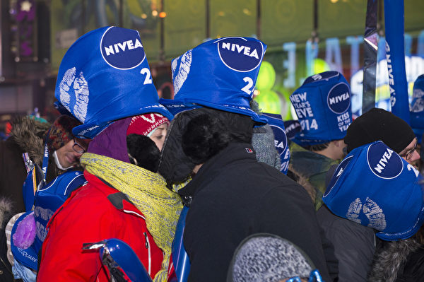 纽约时代广场百万人观水晶球降落,迎接2014年到来。(戴兵/大纪元)