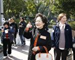 「香港良心」前政務司司長陳方安生1月1日參與2014新年大遊行之餘,出發前又到維園全民公投票站投票,呼籲市民踴躍就普選發聲。(潘在殊/大紀元)