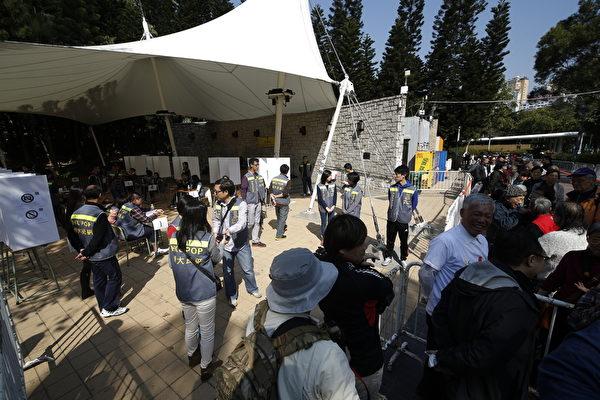 「和平佔中」委託香港大學民意研究中心及香港理工大學合辦「新年民間全民投票」,就普選原則進行投票。(潘在殊/大紀元)