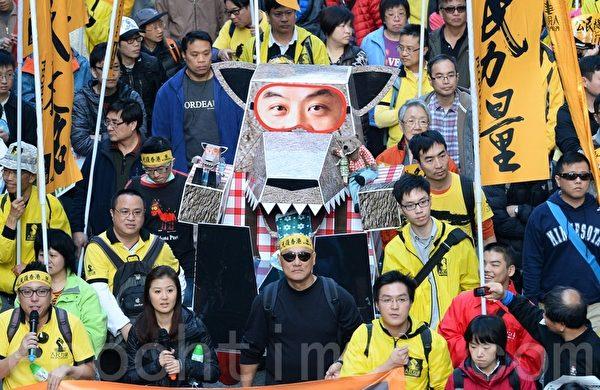 参与2014新年大游行的香港市民强调,梁振英是中共的傀儡,所做的一切都对香港无益,要求他下台。(宋祥龙/大纪元)