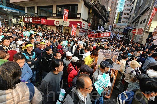 參與新年遊行的香港市民踴躍,許多人自備的抗議標語橫額,場面熱鬧。(宋祥龍/大紀元)
