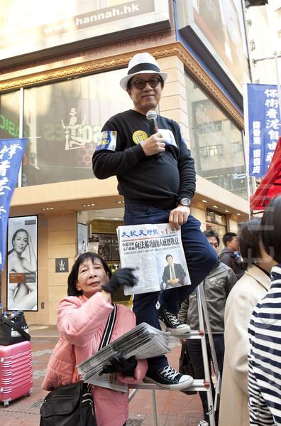 香港2014年元旦大遊行於1月1日下午3時正式在維多利亞公園出發。韓連山和派發大紀元時報義工開心合影。(余鋼/大紀元)