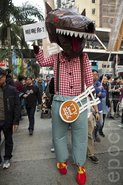 香港2014年新年大游行于1月1日下午3时正式在维多利亚公园出发。参与元旦游行的香港市民强调,梁振英是中共的傀儡,所做的一切都对香港无益,要求他下台。(余钢/大纪元)