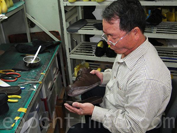 结帮师傅要负责制作鞋跟,还要负责结合中底、大底、鞋面。(谢平平/大纪元)