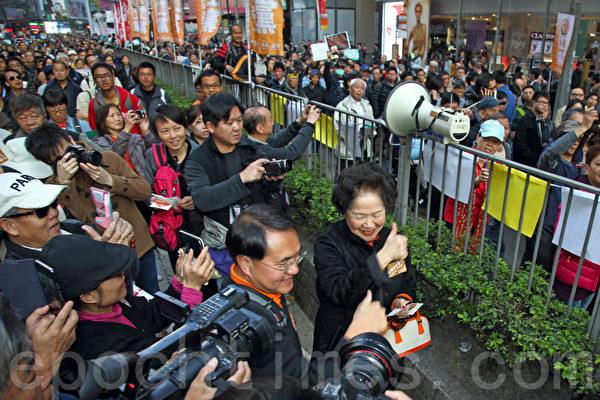 香港民间人权阵线举行的2014年新年大游行,3万人参加,市民用各式道具标语要求真普选,不要中共筛选式的假民主,并要求中共地下党特首梁振英下台,图为前政务司司长陈方安生参加游行,大受市民欢迎。(潘在殊/大纪元)