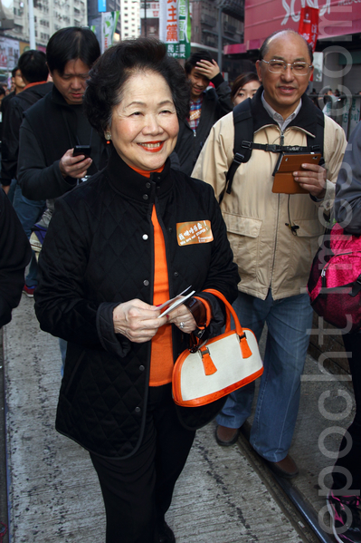 香港民間人權陣線舉行的2014年新年大遊行,3萬人參加,市民用各式道具標語要求真普選,不要中共篩選式的假民主,並要求中共地下黨特首梁振英下台,圖為前政務司司長陳方安生參加遊行,大受市民歡迎。(潘在殊/大紀元)