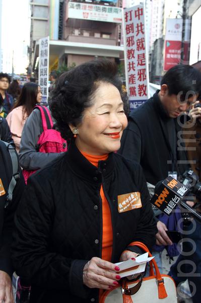 香港民间人权阵线举行的2014年新年大游行,3万人参加,市民用各式道具标语要求真普选,不要中共筛选式的假民主,并要求中共地下党特首梁振英下台,图为前政务司司长陈方安生参加游行。(潘在殊/大纪元)