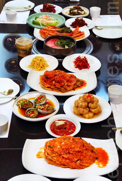 韩国泡菜名人、青曲酱泡菜总统奖获得者金顺德制作的泡菜。(全宇/大纪元)