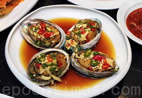 韩国泡菜名人、青曲酱泡菜总统奖获得者金顺德制作的鲍鱼泡菜。(全宇/大纪元)