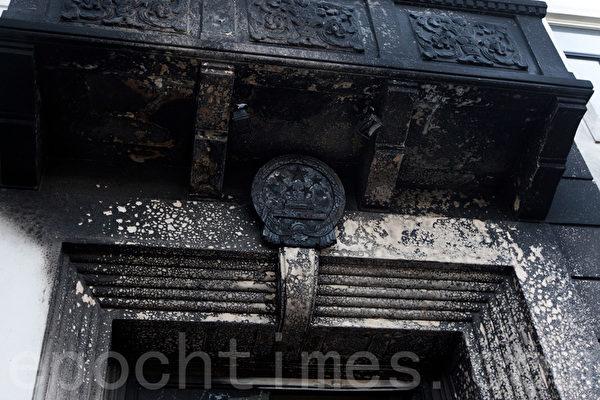1月1日晚,中共駐舊金山總領館遭人縱火,圖為領館正門上的中共國徽被燒焦。(馬有志/大紀元)