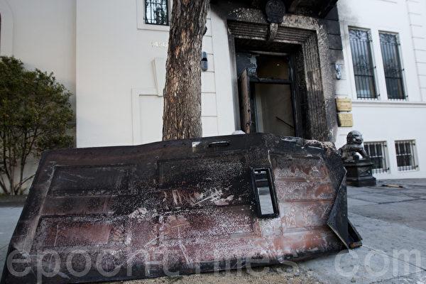 1月1日晚,中共驻旧金山总领馆遭人纵火,图为被烧毁的领馆正门被卸下来放在路边。(马有志/大纪元)