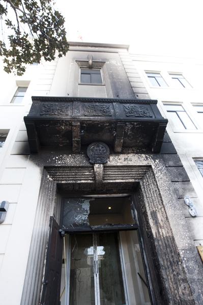 1月1日晚,中共驻旧金山总领馆遭人纵火,图为被烧毁的领馆正门。(马有志/大纪元)