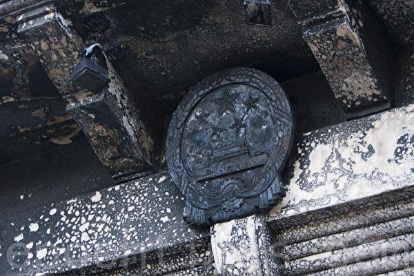 1月1日晚,中共驻旧金山总领馆遭人纵火,图为领馆正门上的国徽被烧焦。(马有志/大纪元)