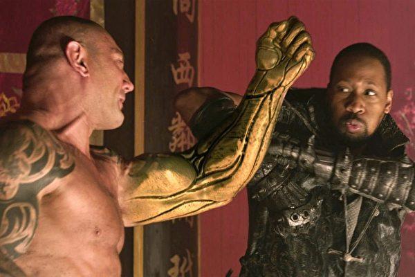 由罗素•克洛和刘玉玲主演的《铁拳无敌》(The Man with the Iron Fists)剧照。(HBO提供)