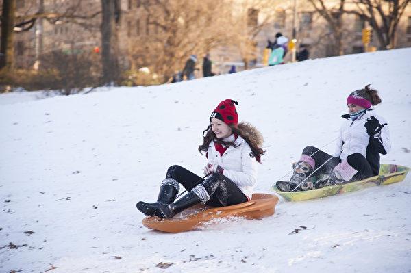 纽约中央公园雪之乐(戴兵/大纪元)