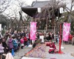 寺院里空地上耍猴吸引到很多和父母前来的孩子们。(张本真/大纪元)