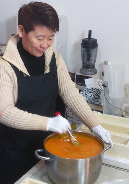 """""""德记""""第四代传人张瑞荣将苦茶油应用于手工皂制作。(图:德记油坊提供)"""