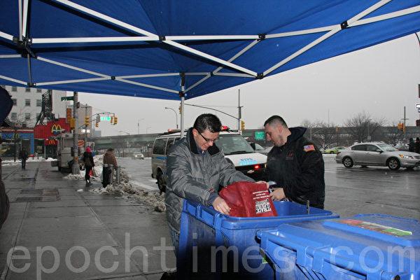工作人员帮助居民将文件倒入垃圾桶。(摄影:王依澜/大纪元)