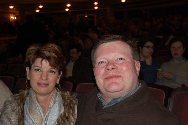 银行家McCauley 先生和夫人一起欣赏了当晚的演出。(大纪元)