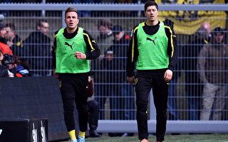 莱万(右)今年夏季就可以步其原队友格策的后尘,到拜仁去踢球。此图摄于2013年4月,当时这两人都是多特蒙德队的队员。 (Lars Baron/Bongarts/Getty Images)