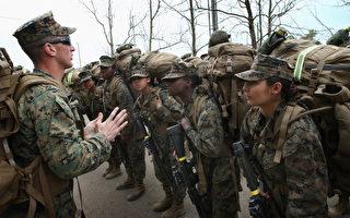 2013年2月22日海军陆战队一新兵训练营,大约百分之六的海军陆战队士兵是女性(Photo by Scott Olson/Getty Images)