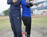 大叶大学垒球队教练杨世达(左)看到李问莲(右)的潜力,训练她成为最佳女投手。(教练杨世达提供)