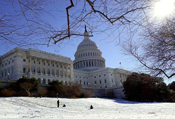 1月4日,美國華府國會山前的草坪被冰雪覆蓋。 「極地漩渦」造成的極寒天氣正肆虐美國,超過一半國土面積6、7日(週一、週二)預計都將遭遇20年一遇的低溫天氣。美國國家氣象局表示,「寒風效應將使氣溫低至-60華氏度(零下51攝氏度),對人的生命構成威脅。」(Karen BLEIER/AFP)