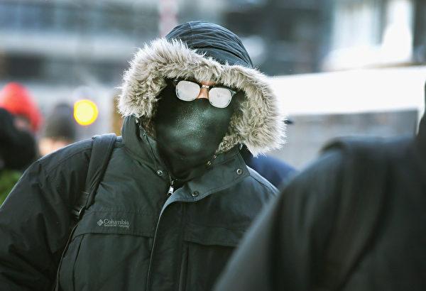 1月6日,嚴寒之下美國芝加哥的行人穿著厚厚的衣服抵禦低溫。 「極地漩渦」造成的極寒天氣正肆虐美國,超過一半國土面積6、7日(週一、週二)預計都將遭遇20年一遇的低溫天氣。美國國家氣象局表示,「寒風效應將使氣溫低至-60華氏度(零下51攝氏度),對人的生命構成威脅。」 (Photo by Scott Olson/Getty Images)