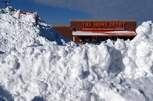 1月4日,美國波士頓的街道堆積了大量積雪。 「極地漩渦」造成的極寒天氣正肆虐美國,超過一半國土面積6、7日(週一、週二)預計都將遭遇20年一遇的低溫天氣。美國國家氣象局表示,「寒風效應將使氣溫低至-60華氏度(零下51攝氏度),對人的生命構成威脅。」(Photo by Darren McCollester/Getty Images)