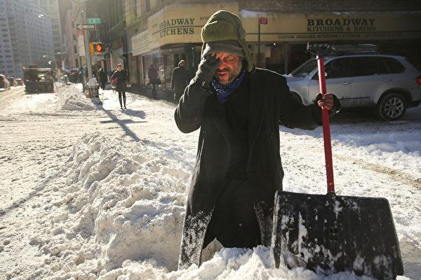 1月3日,工作人員在紐約街道除雪。「極地漩渦」造成的極寒天氣正肆虐美國,超過一半國土面積6、7日(週一、週二)預計都將遭遇20年一遇的低溫天氣。美國國家氣象局表示,「寒風效應將使氣溫低至-60華氏度(零下51攝氏度),對人的生命構成威脅。」(Spencer Platt/Getty Images)