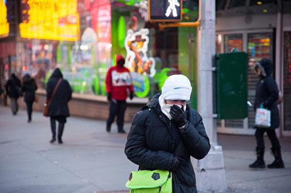 美国3/4地区创下近120年来最低严冬气温,降至-26华氏度。图为2014年1月7日,纽约曼哈顿街头,行人纷纷穿上厚重的衣服御寒。(戴兵/大纪元)