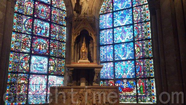 圣丹尼大教堂内部珠宝般闪烁的彩色玻璃。(杨浩/大纪元)