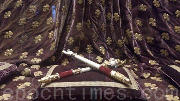 圣丹尼大教堂展示的王室用品——权杖。(杨浩/大纪元)