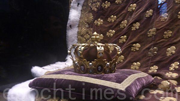 圣丹尼大教堂展示的王室用品——王冠。(杨浩/大纪元)