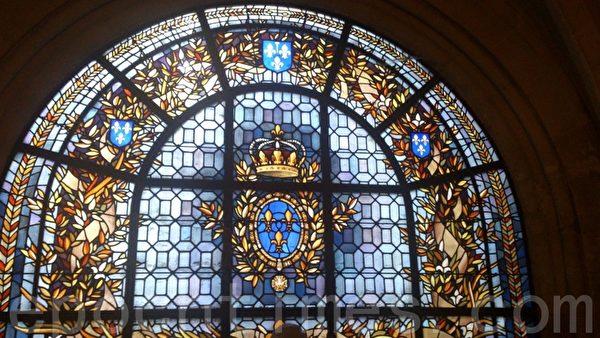 圣丹尼教堂内部的彩窗玻璃上的王室标志(杨浩/大纪元)