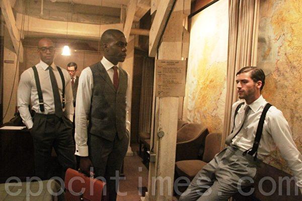 1月7日,伦敦历史悠久的内阁战情室变身2014伦敦男装周秀场,模特着萨维尔街世界顶级裁缝店定制的男装。(曹莺飞/大纪元)
