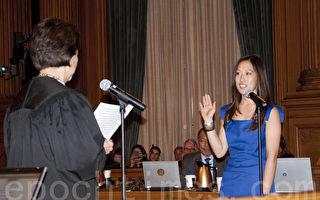1月7日,舊金山第4選區議員湯凱蒂在大法官李明美的監誓下,宣誓就職。(周鳳臨/大紀元)