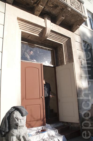 1月7日,工人們在為舊金山中領館新裝的木門上漆、裝玻璃。(周鳳臨/大紀元)