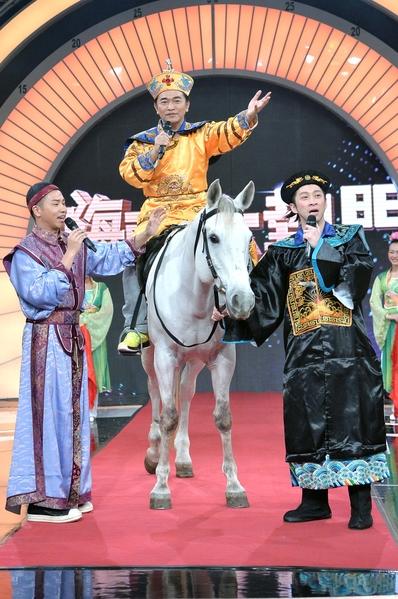 陈汉典当马伕,牵着骑白马、扮皇帝的吴宗宪入场。(三立提供)