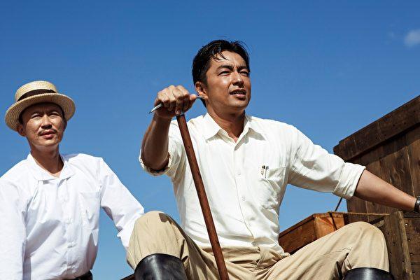 大澤隆夫(右)在《KANO》飾演的八田與一,在歷史上為台灣農業貢獻許多心力。(威視電影提供)