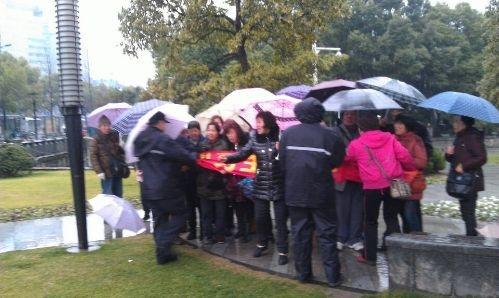 1月8日早上,杭州市訪民徐桂珠、葉紅雲、陳美佳、梁麗婉等20多人,到市政府門口打橫幅抗議。(訪民提供)