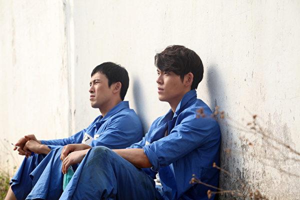完美男模身材的金宇彬,为演出《朋友2:继承者时代》敬业的大胆为戏增重九公斤。(可乐电影提供)
