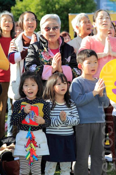 2014年1月11日,台湾台北法轮大法学员,群聚台北101前的信义广场向法轮大法创始人李洪志先生拜年。同时间也进行集体合唱、炼功与洪法活动。图为学员正进行合唱《法轮大法好》。(罗正恒/大纪元)