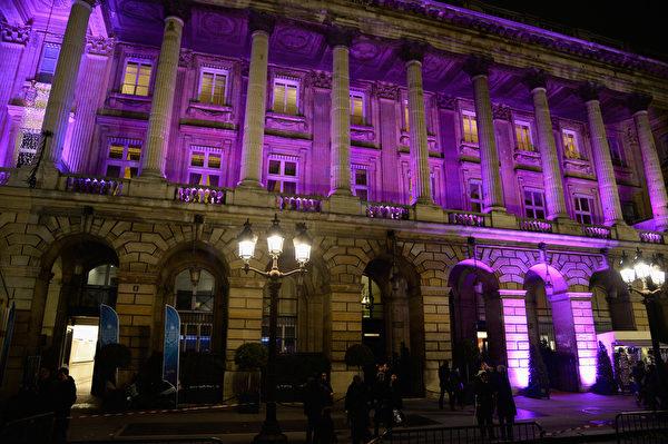 2013年的克利翁名门少女成年舞会在紧挨克利翁酒店(Hotelde Crillon) 的法国汽车俱乐部(Auto-mobile Club deFrance) 总会举行。(Pascal Le Segretain/Getty Images)