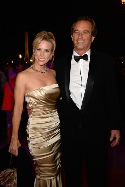 2013年11月30日,法国巴黎,肯尼迪家族后裔小罗伯特·肯尼迪及其女友、女明星切瑞·海恩斯(Cheryl Hines)陪同女儿参加名媛成人礼舞会。(Pascal Le Segretain/Getty Images)